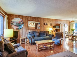 Dog-friendly home w/ fireplace, deck, & grill - half a mile from Lake Tahoe!, Tahoe City