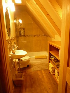 Bathroom #4 - Full bath, adjacent to 'Garden' & 'Pine Knot' bedrooms
