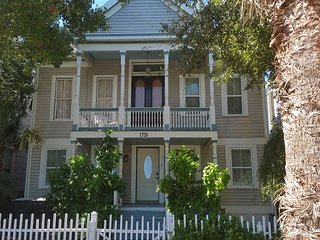 1.5 Block to Beach, Sleeps 14-16, 4 BR, 2.5 BA