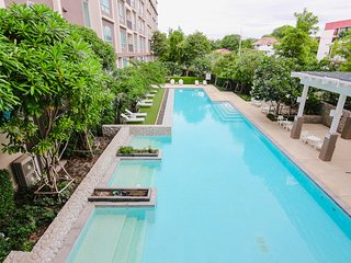 BIG 2B2B Pool View Beach side condominium with Gym
