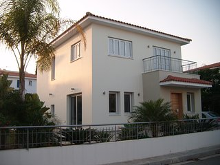 4 bed/rms luxury villa 2 minutes walking dist. sea