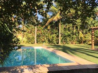 CASA AMARELA. Linda casa. Grande jardim e piscina!
