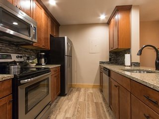 Pines Condominium 2051 - great views and awesome pool/hot tub area, on shuttle route!, Keystone