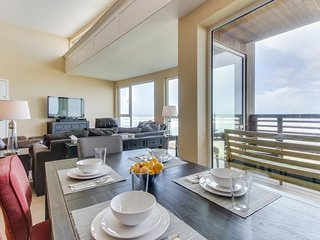 Contemporary oceanfront condo w/amazing views, dog-friendly!