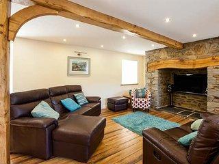 YSGUBOR UCHAF, quality farm cottage, en-suite, Jacuzzi bath, private patio, pet welcome, near Newcastle Emlyn, Ref 16895