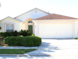 Beautiful 4 Bed 2 Bath Pool Home near shopping and a short drive to Disney (4203