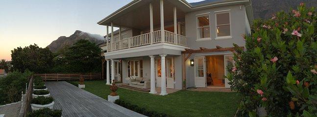 Une élégante maison dans une banlieue tranquille