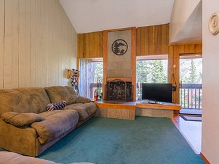 Condo Aspens 12B, WiFi, Wood Fireplace, Private Deck, Across from Ski lift
