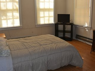 Spacious Comfort Room Close to T & Boston_1A