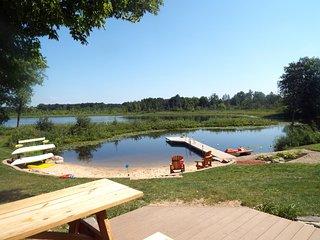 Mann Lake Cottage, 1500 sqft home on private lake!