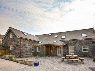 YSGUBOR UCHAF, quality farm cottage, en-suite, Jacuzzi bath, private patio, pet