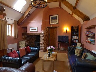 THE BARN, semi-detached, pet-friendly, woodburner, private garden, nr Watchet, Ref. 915884