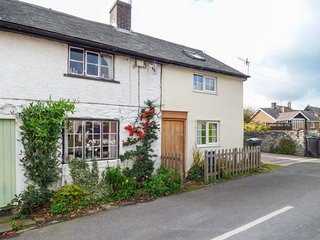 MARIGOLD COTTAGE, woodburner, WiFi, pets welcome, romantic cottage in Clun, Ref.