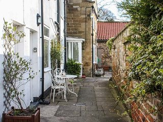 COSY COTTAGE, mid-terrace, two bedrooms, open fire, WiFi, Swainby, Stokesley, Ref 942085