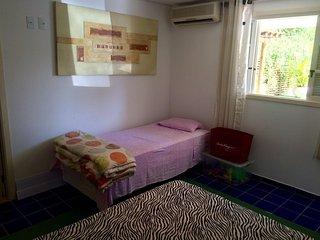 quarto com bicama (2 pessoas) cama de casal (2 pessoas); Casa climatizada!
