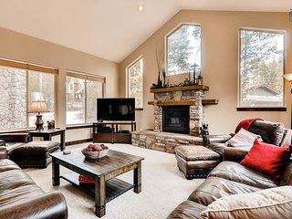 Beautiful home in Blue River with hot tub and gondola parking passes - Pineview Hideaway, Breckenridge