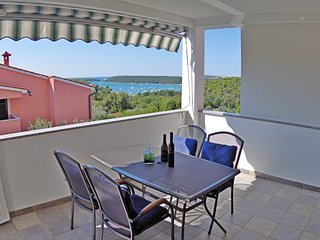 Holiday apartment Iris, shared pool and sea view