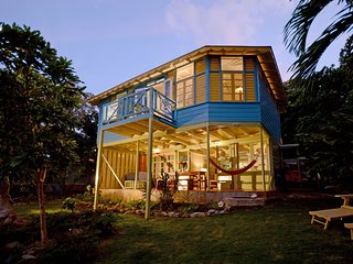 A spacious and eclectic 1-bed cottage on the sea in Ocho Rios