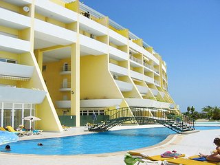 Condominium do Mar, 2 bedrooms, 1 bathroom, A/C, Pool, close to the beach/Marina