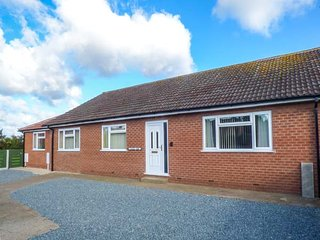 PINFOLD VIEW, detached bungalow, sun room, enclosed garden, dogs welcome