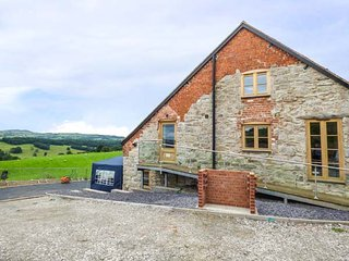 Y BEUDY, detached house, seven bedrooms, ideal for less mobile, lift, hot tub, pet-friendly, garden, WiFi, Ruthin, Ref 918095