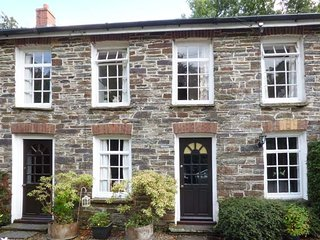 WEAVERS COTTAGE, mid-terrace, shared garden, nr Newcastle Emlyn, Ref 935945