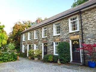 SPINNERS COTTAGE, end-terrace cottage, shared garden, woodburner, WiFi, nr Newcastle Emlyn, Ref 935946