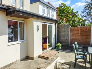 BEACH RETREAT, ground floor apartment, WiFi, enclosed patio, beach 10 mins walk, in Southbourne, Christchurch, Ref 942905