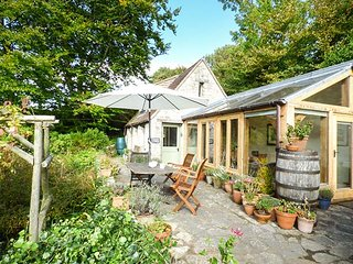 THE GARDEN COTTAGE, stone cottage, rural views, cosy accommodation, in Upwey, Re