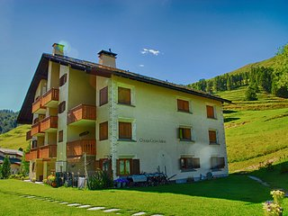 Calm apartment 15min from ski resort of St. Moritz, Madulain