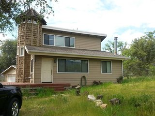 Very nice house in town  with Views, River access  & 5 miles to the Sequoia park, Three Rivers