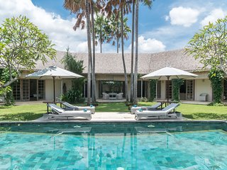 Palma, luxury 4 Bedroom Villa, car+driver, by the Beach, Berawa, Canggu