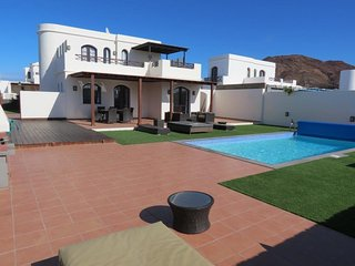 Luxury 3 bed villa, near Faro Park with sea views, Playa Blanca