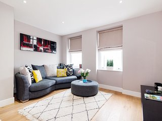 Spacious Tournay Road Nest apartment in Hammersmith with WiFi & lift.