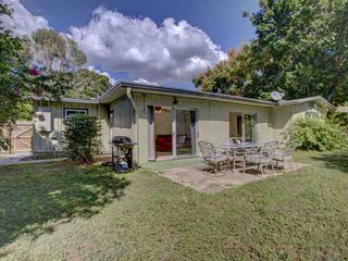 Dog Friendly with Free Wifi, Fenced Home Close to Siesta Key, Walk to Westfield