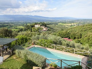 This rustic villa is located on a hillside in the Valdarno Valley, surrounded by
