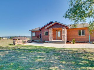 Peaceful dog-friendly cabin surrounded by natural beauty and bay views!