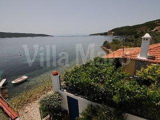 Villa in quiet area: own beach, garden & boat dock, Alonnisos