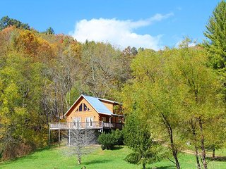 Enjoy Autumn Views Overlooking Pond From This Log Cabin! MLK Weekend Avail!, Grassy Creek