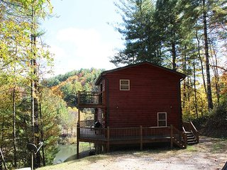 LOG HOME OVERLOOKING POND WITH MTN VIEWS & BUBBLING HOT TUB! CHRISTMAS AVAIL!