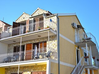 Apartment Marica-Three-Bedroom Apartment with Balcony and Sea View