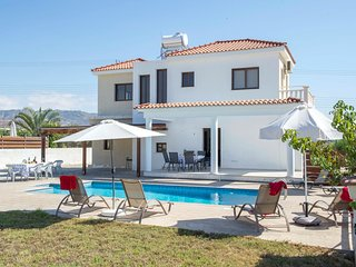 Fabulous Villa,Walking Distance to Coral Bay Strip and Sandy Beach. FREE AIR CON, Paphos