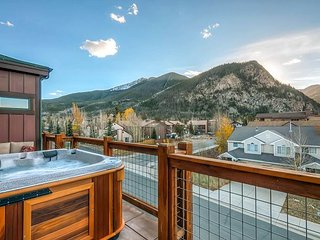 Sleek 3BR, 3BA w/Hot Tub & Unobstructed Mountain Views From 3 Private Patios