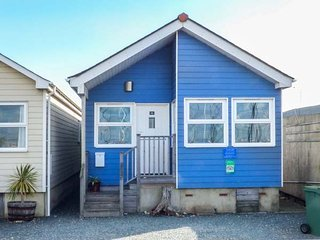 SEAWINDS, beachfront location, private patio and garden, Gurnard, Ref 943048