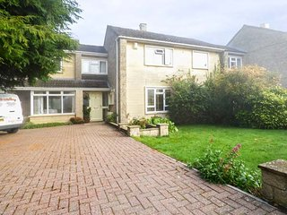 FIELDGATE, hot tub, games room, raised terrace with BBQ area, Bath, Ref 944213