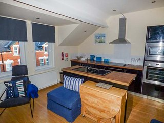 CROW'S NEST, comfortable family accommodation, WiFi, beach 10 mins walk, in Whitby, Ref 948368