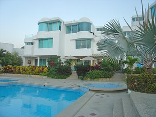 Capaes - Luxury 4 Bedroom Duplex with Pool - Sleeps 8, Santa Elena