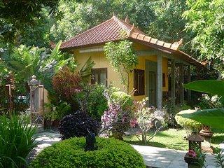 B&B in prachtige tropische tuin met zwembad bij zee