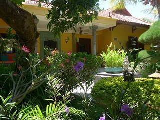 Villa in grote tropische privétuin met heerlijk zwembad bij zee in Noord Bali