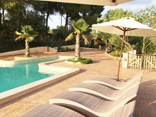 Luxurious villa, 20+ sleeps, 5 min to beach, 40 min to bcn, 20x8m pool, bbq, Sitges